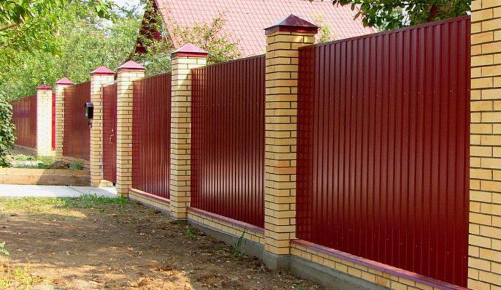 Забор из профлиста своими руками с кирпичными столбами